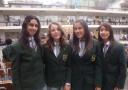 Lara (2. von rechts) und Mitschülerinnen