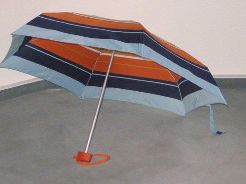 """""""Das ist der Schirm von Frau Behringer… ich habe ihn hier reingestellt."""""""