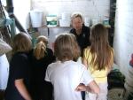 Frau Herold informiert über Pferdefutter.
